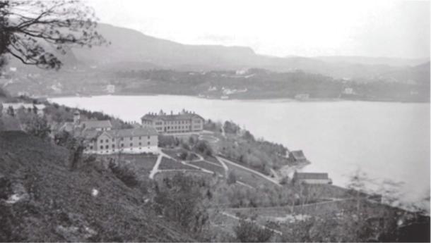 Figur 3. Pleiestiftelsen for Spedalske (til ve.) og Lungegaardshospitalet (til hø.) ved Store Lungegårdsvann iBergen.